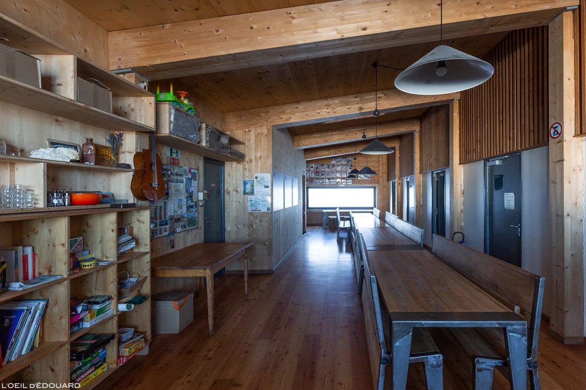 Le Refuge de Presset : intérieur réfectoire - Massif du Beaufortain, Savoie