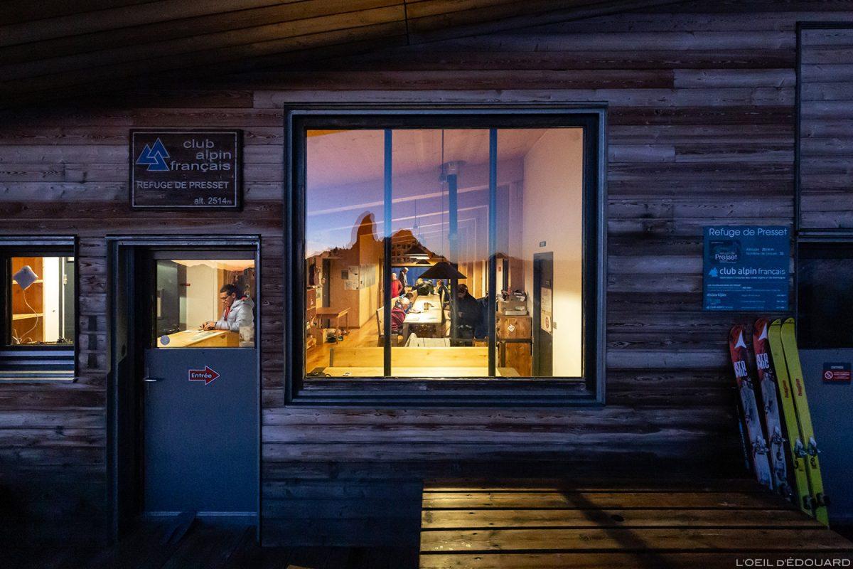 Le Refuge de Presset : intérieur réfectoire depuis la terrasse le soir - Massif du Beaufortain, Savoie