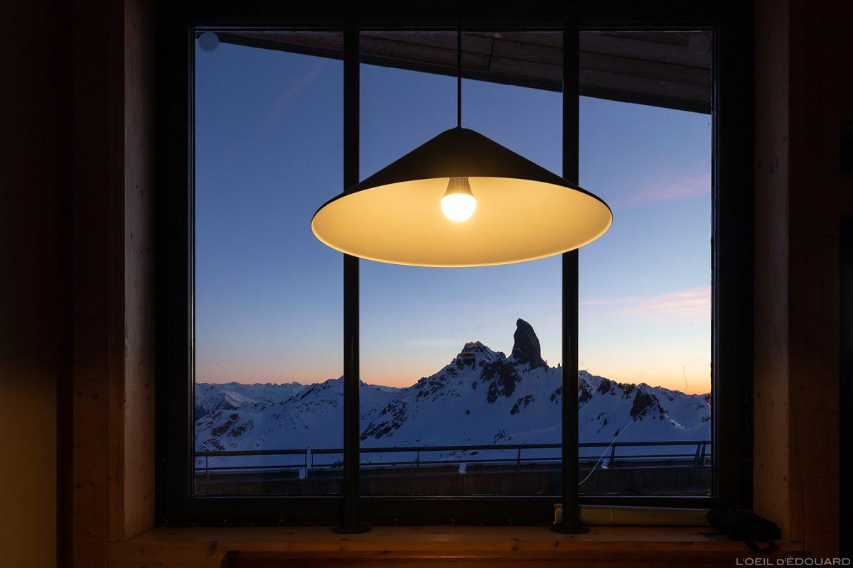 La Pierra Menta au coucher de soleil depuis la fenêtre du Refuge de Presset - Massif du Beaufortain, Savoie © L'Oeil d'Édouard - Tous droits réservés