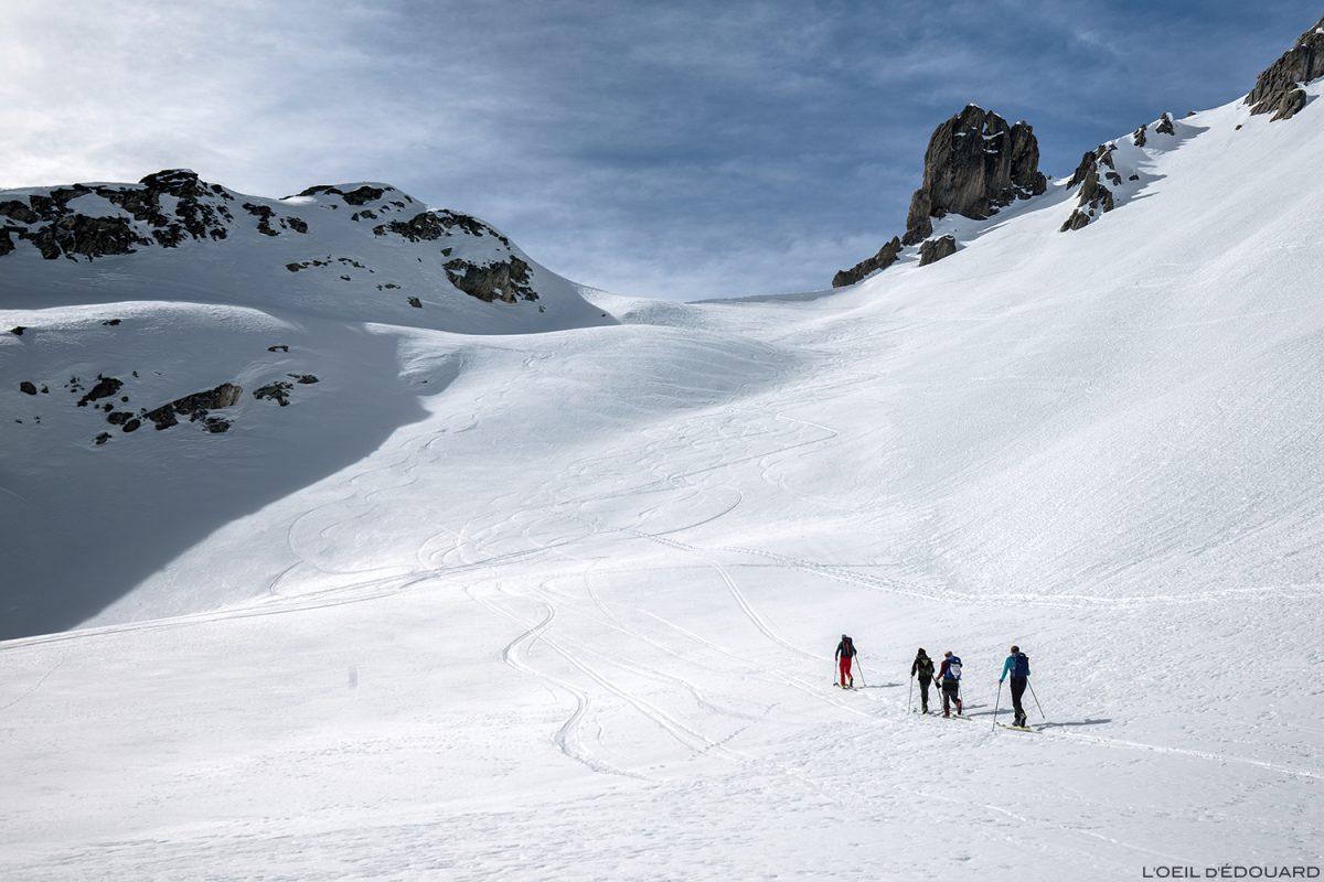Le Col du Grand Fond en ski de randonnée dans la Combe de la Neuva en hiver - Massif du Beaufortain, Savoie / Paysage Montagne en hiver Outdoor Mountain Winter Snow Ski Touring