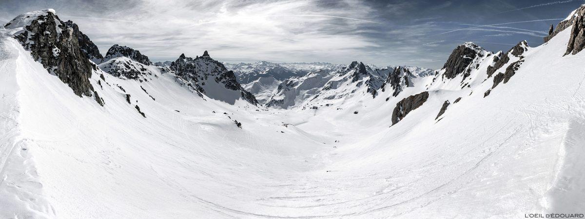 Le Col du Grand Fond en ski de randonnée avec le Vallon de Presset sous la neige en hiver - Massif du Beaufortain, Savoie / Paysage Montagne en hiver Outdoor Mountain Winter Snow Ski Touring