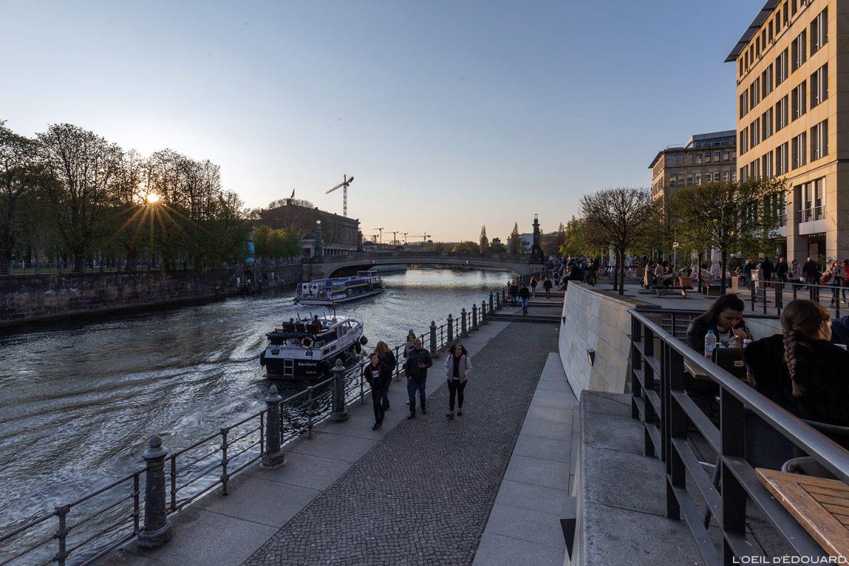 Vera Brittain Ufer, quai de la rivière Spree river Berlin Allemagne Deutschland Germany Sunset
