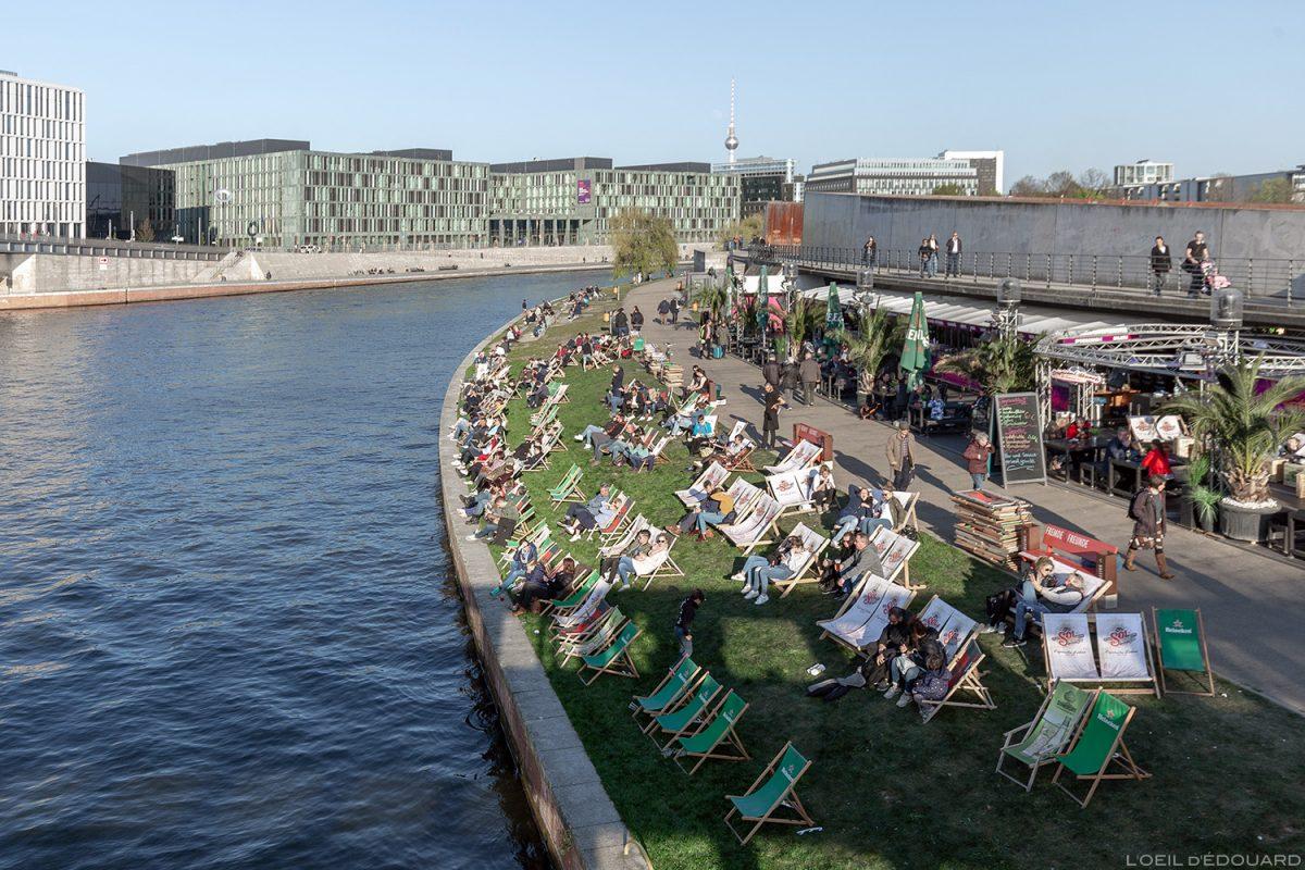 Spreebogen Park Berlin - Ludwig-Erhard-Ufer - Berges de la rivière Spree Berlin river Terrasse Bar restaurant Capital Beach Allemagne Deutschland Germany