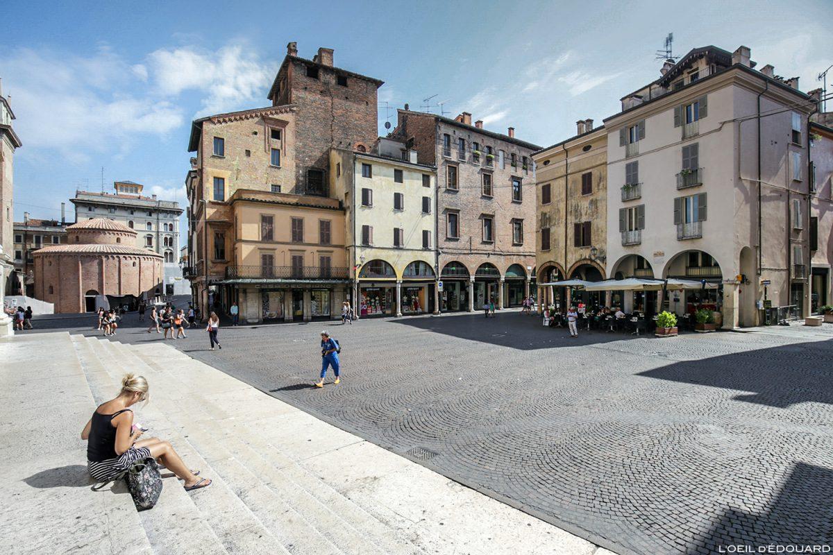 Piazza Andrea Mantegna, Mantoue Italie / Mantova Italia Italy