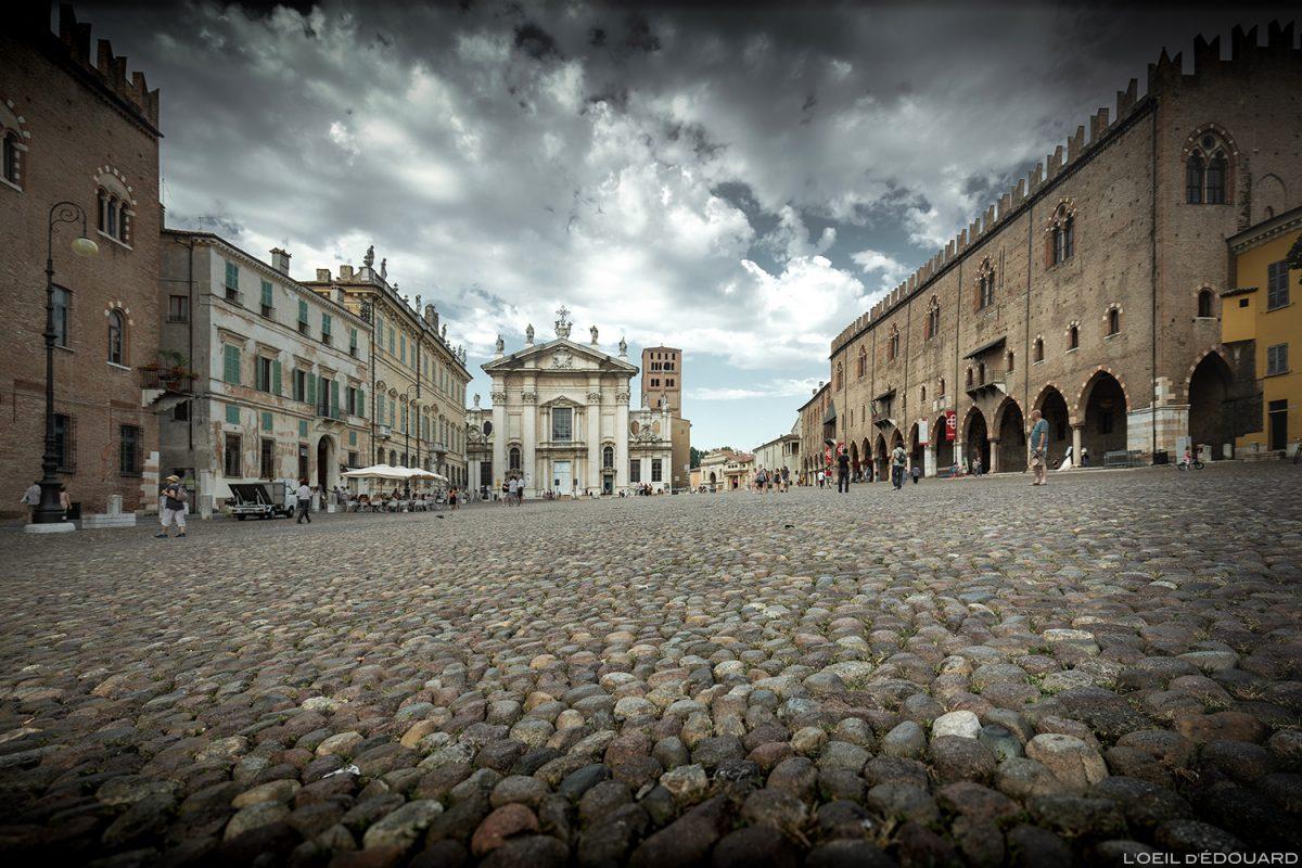 Piazza Sordello, Mantoue Italie : Duomo de San Pietro di Mantova et Palazzo Ducale di Mantova, Italia Italy