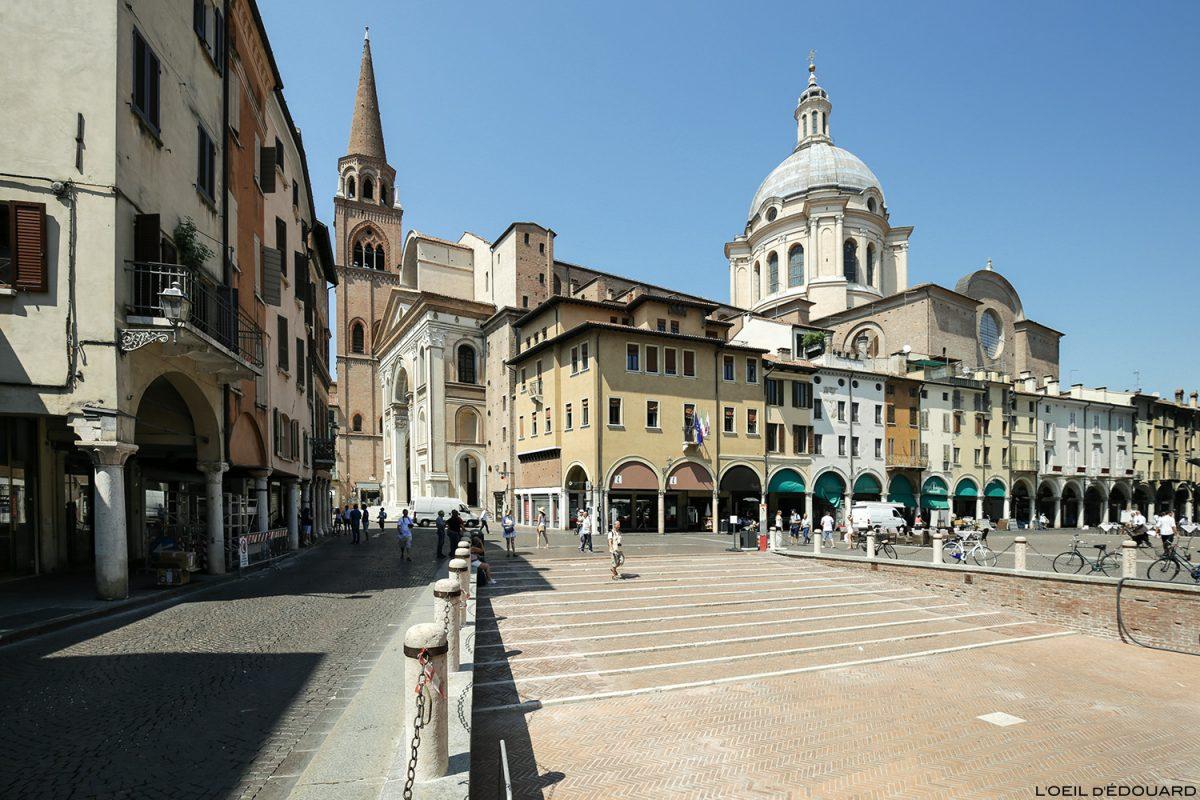 Piazza delle Erbe, Mantoue Italie : Duomo della Basilica di Sant'Andrea / Mantova Italia Italy
