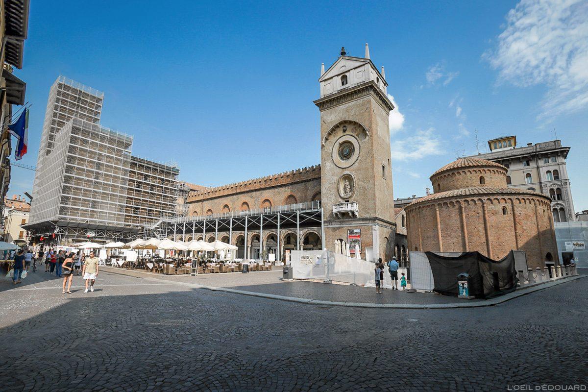 Piazza delle Erbe, Mantoue Italie : Palazzo della Ragione et Rotonda di San Lorenzo / Mantova Italia Italy