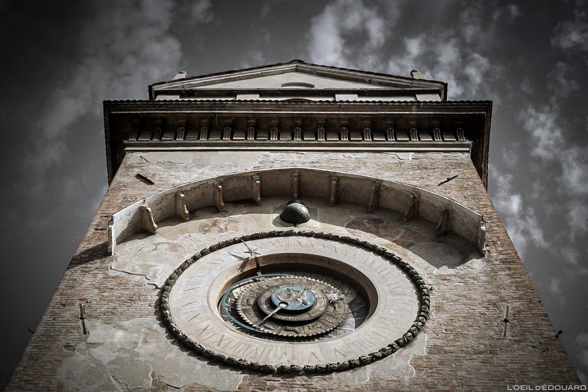 Cadran solaire du clocher du Palazzo della Ragione, Piazza delle Erbe, Mantoue Italie / Campanile quadrante solare, Torre dell'Orologio di Mantova Italia Italy clock tower