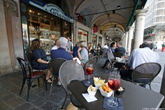 Aperitivo Bar Caravatti, Mantova Italia / Terrasse Piazza delle Erbe Mantoue Italie Italy