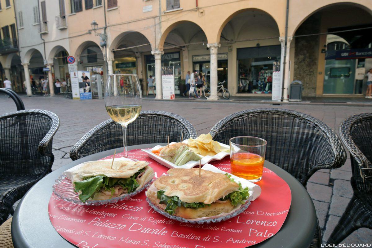 Piadini et Spritz sur la terrasse Piazza Guglielmo Marconi Mantoue Italie, Bar Italia, Mantova Italy