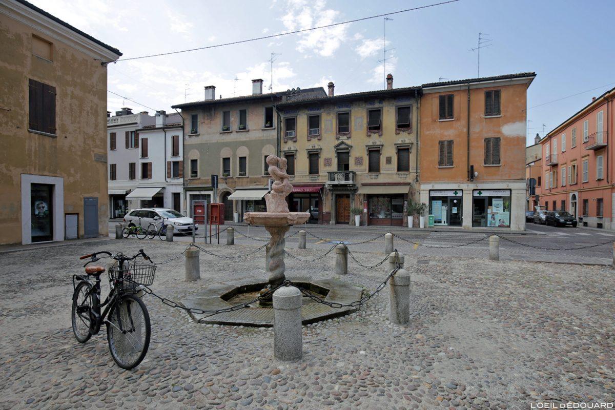 Fontaine Place Cesare Bazzani, Mantoue Italie / Fontana Piazza Cesare Bazzani, Mantova Italia Italy fountain