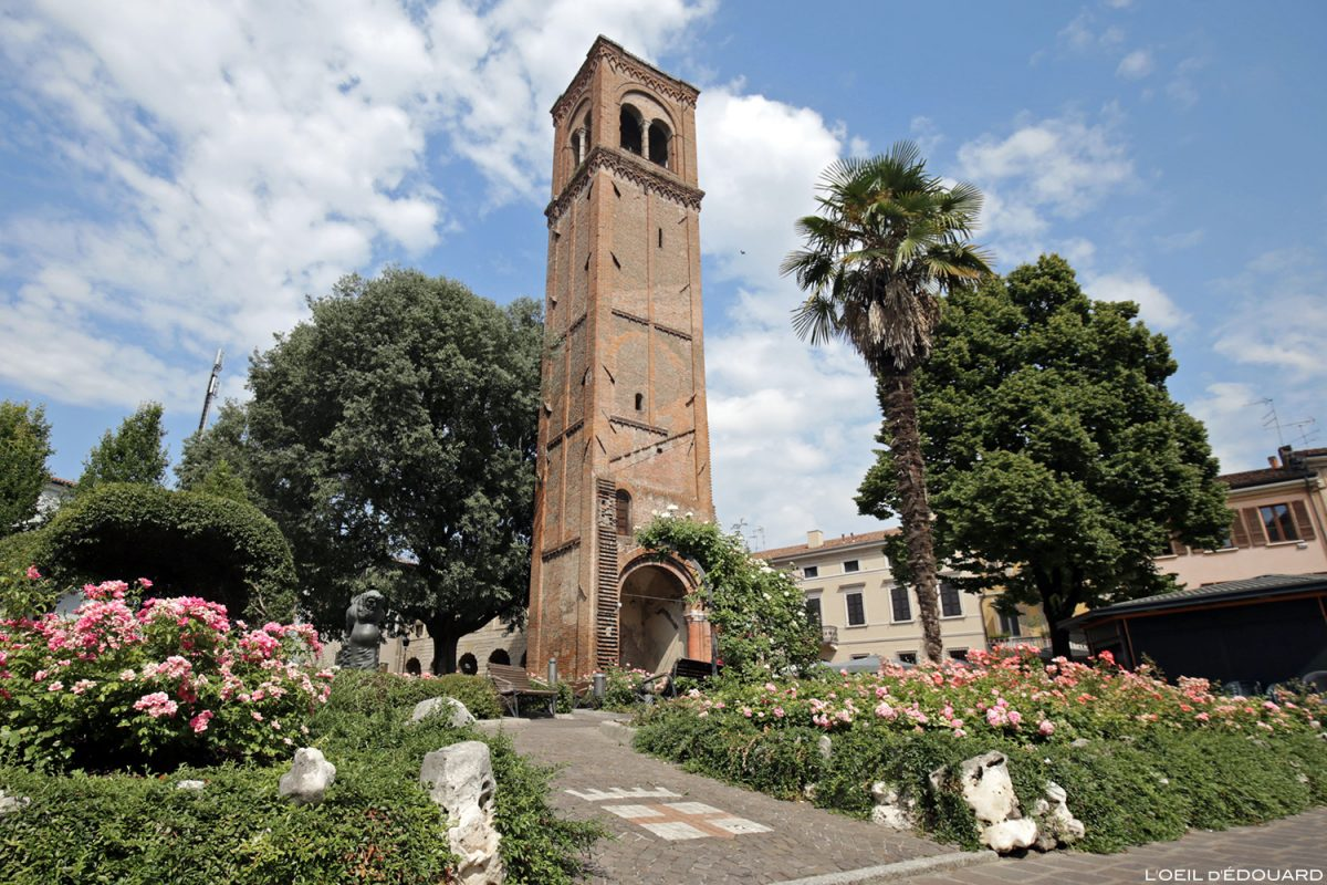 Campanile dans les Jardins de Saint-Dominique, Mantoue Italie / Giardini di San Domenico, Mantova Italia Italy tower