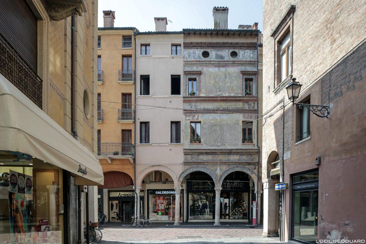 Façade décorée Piazza Guglielmo Marconi Mantoue Italie / Mantova Italia Italy