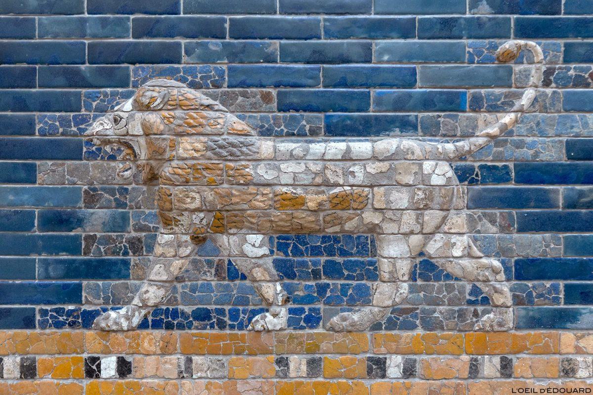 Mosaïque Lion en bas-relief sur la Porte d'Ishtar de Babylone, Musée de Pergame - Île aux Musées de Berlin Allemagne / Ishtar Gate of Babylon, Pergamonmuseum Museumsinsel Deutschland Germany