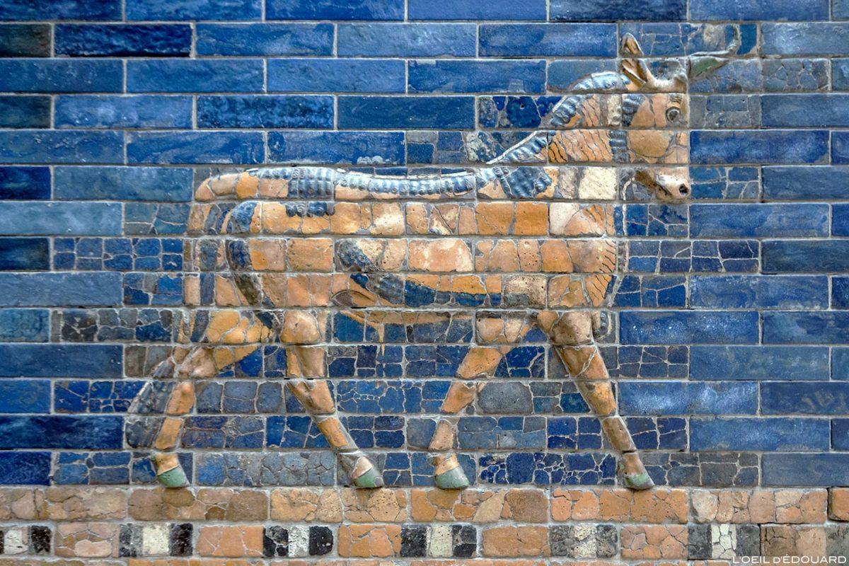 Mosaïque bas-relief sur la Porte d'Ishtar de Babylone, Musée de Pergame - Île aux Musées de Berlin Allemagne / Ishtar Gate of Babylon, Pergamonmuseum Museumsinsel Deutschland Germany