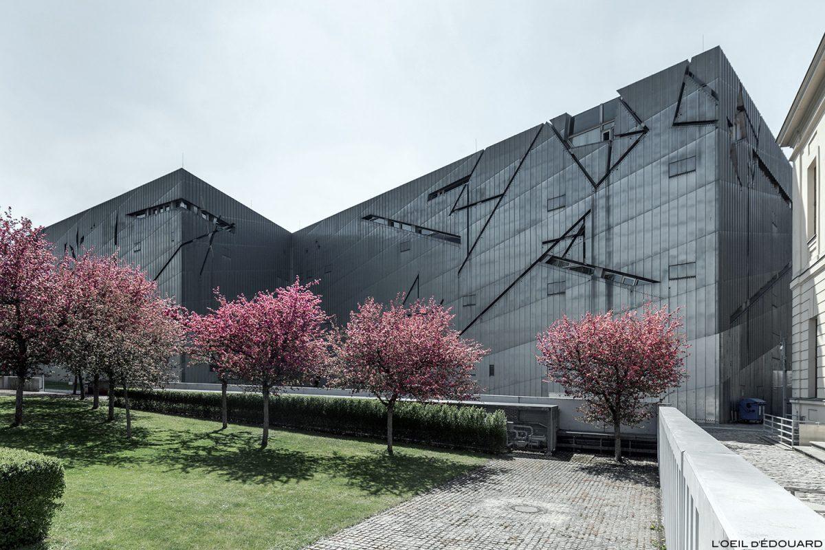 Extérieur façade en zinc - Musée Juif de Berlin Allemagne depuis la rue - Jüdisches Museum, Deutschland Germany - Architecture Daniel Libeskind