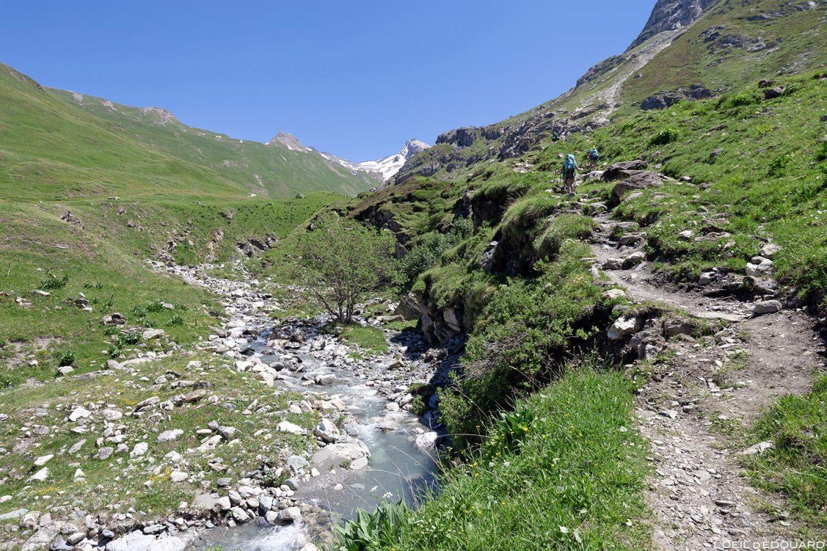 Sentier de randonnée au Refuge du Fond des Fours depuis le parking Le Manchet - Massif de la Vanoise, Montagne Alpes Mountain hike hiking