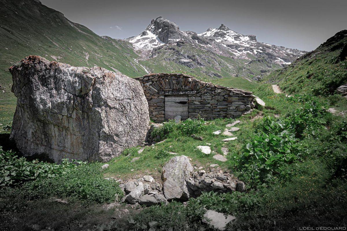 Maison en pierres sur le sentier de randonnée au Refuge du Fond des Fours depuis le parking Le Manchet - Massif de la Vanoise, Montagne Alpes Mountain hike hiking