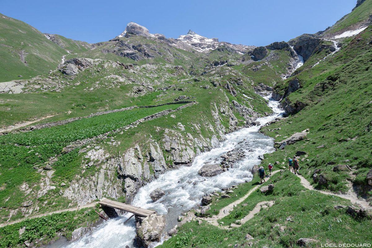 Ruisseau des Fours et cascade du Plan des Ouilles sur le sentier de randonnée au Refuge du Fond des Fours - Massif de la Vanoise, Montagne Alpes Mountain hike hiking