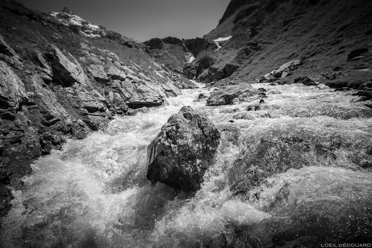 Ruisseau des Fours au Plan des Ouilles sur le sentier de randonnée au Refuge du Fond des Fours - Massif de la Vanoise, Montagne Alpes Mountain river