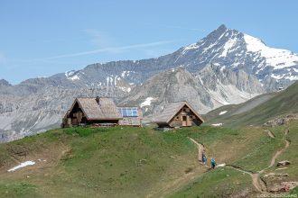 Le Refuge des Fours en Vanoise et l'Aiguille de la Grande Sassière - Paysage Montagne Alpes Mountain Landscape