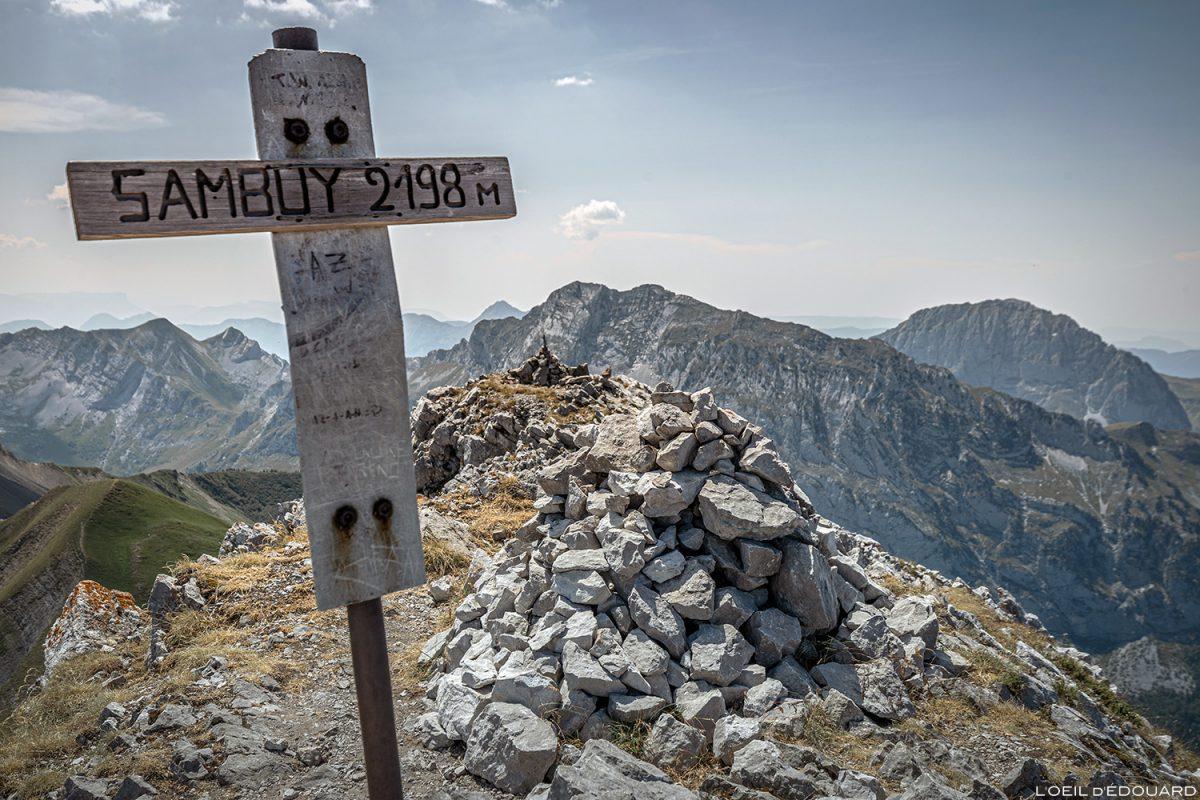 Croix au sommet de La Pointe de La Sambuy, Haute-Savoie Alpes - Paysage Montagne Randonnée Alpes Outdoor Mountain Landscape Hike Hiking summit