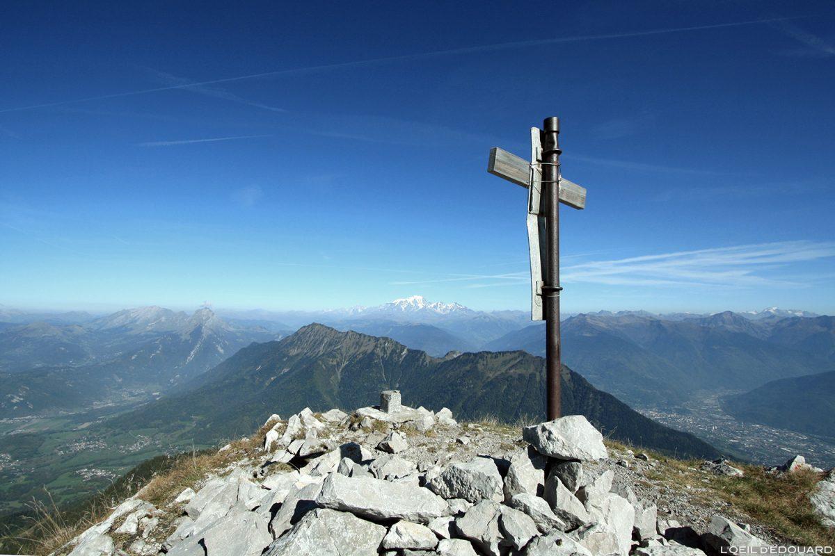 Croix au sommet de La Pointe de La Sambuy avec vue sur le Mont Blanc, Haute-Savoie Alpes - Paysage Montagne Randonnée Alpes Outdoor Mountain Landscape Hike Hiking summit