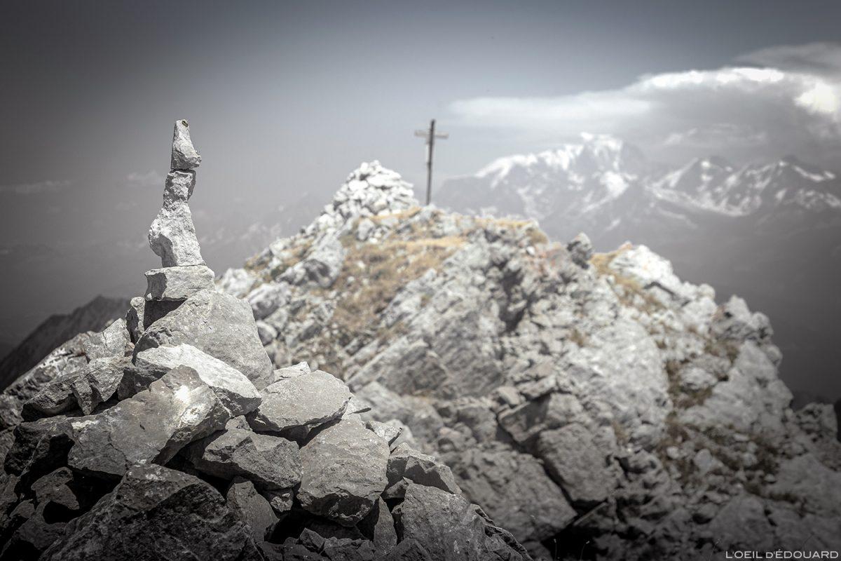 Cairns au sommet de La Pointe de La Sambuy avec vue sur le Mont Blanc, Haute-Savoie Alpes - Paysage Montagne Randonnée Alpes Outdoor Mountain Landscape Hike Hiking summit