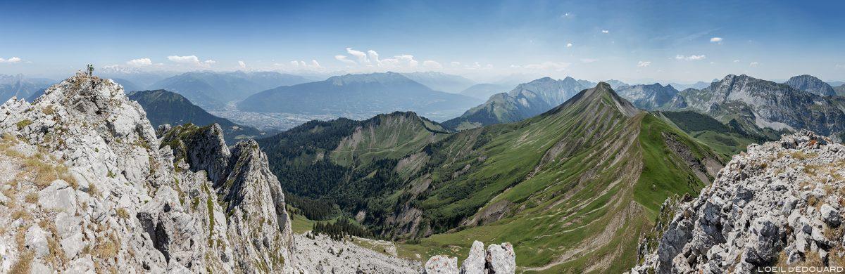 Vue panorama sur le Massif des Bauges depuis La Pointe de La Sambuy avec vue sur le Mont Blanc, Haute-Savoie Alpes - Paysage Montagne Randonnée Alpes Outdoor Mountain Landscape Hike Hiking