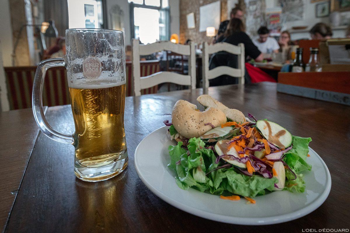 Bière Super Bock et salade bagel restaurant Pois Café, Lisbonne Portugal Lisboa salad beer