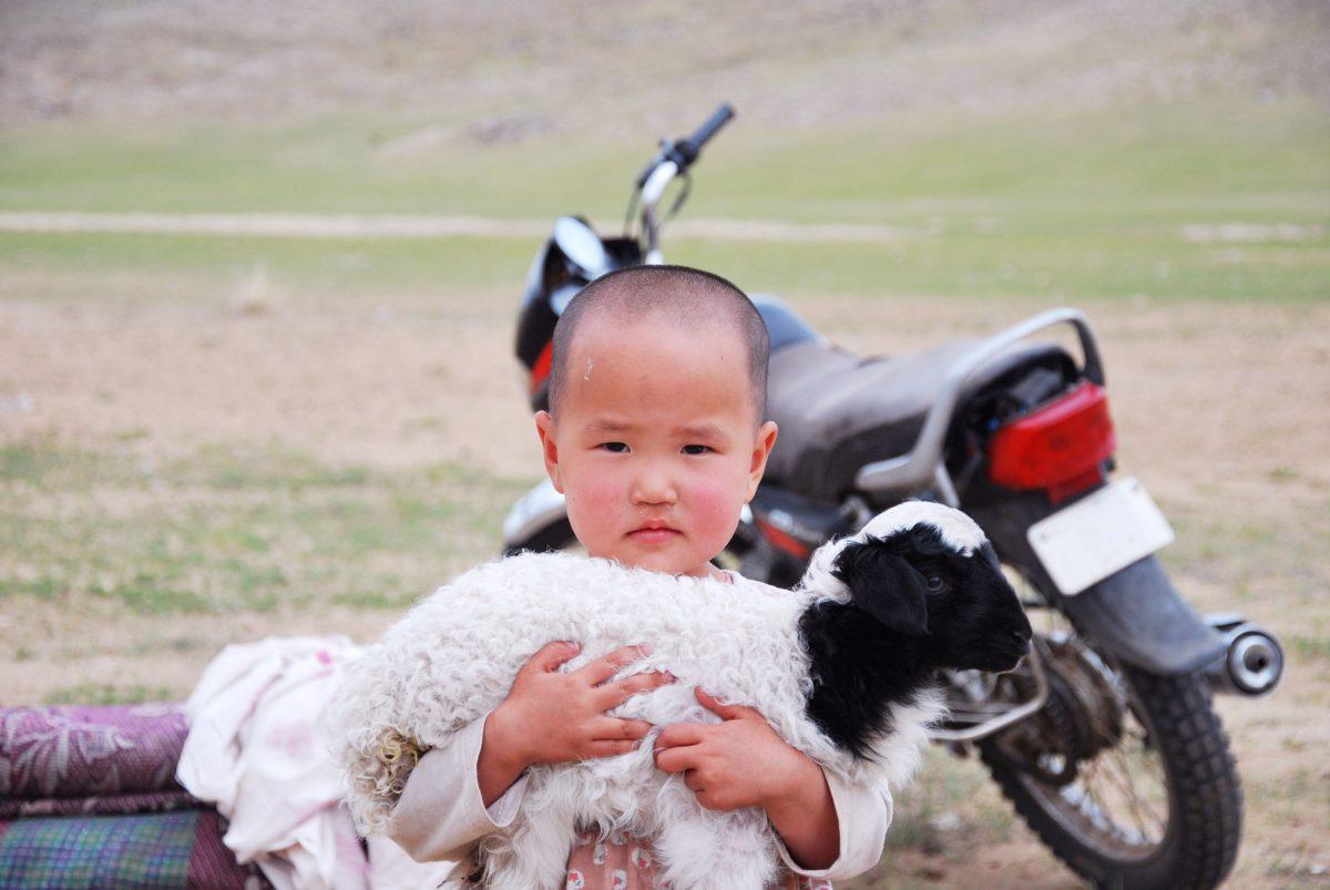 Enfant mongol dans les steppes de Mongolie Asie Mongolia Asia child