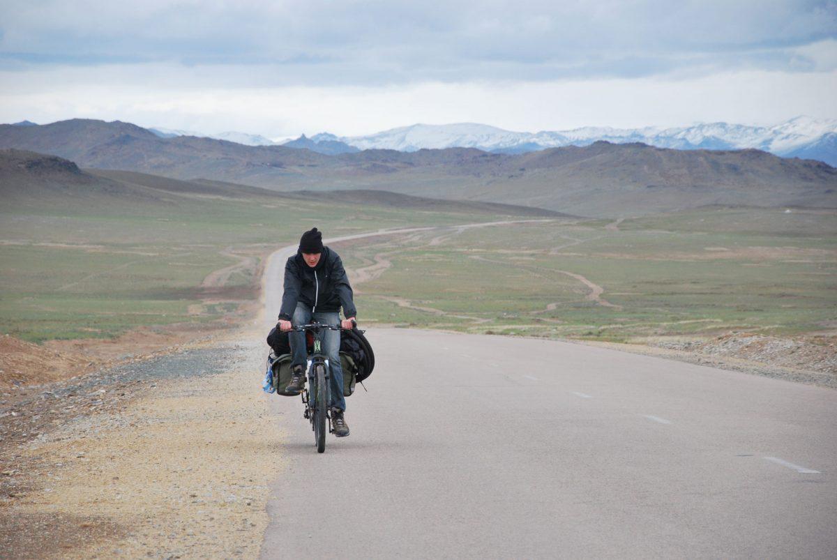 Voyage en vélo sur la route dans les steppes de Mongolie Asie Mongolia Asia bike road trip travel