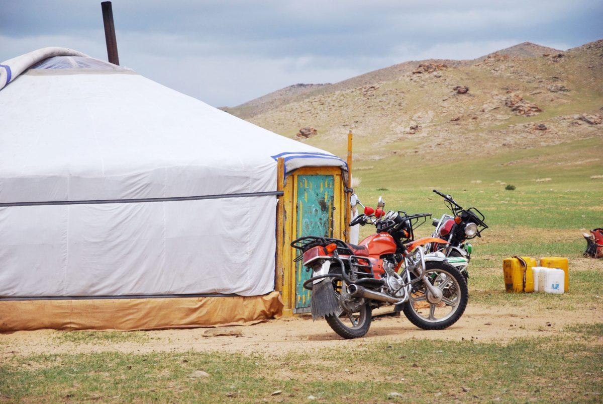 Moto et yourte dans les steppes de Mongolie Asie Mongolia Asia road trip travel