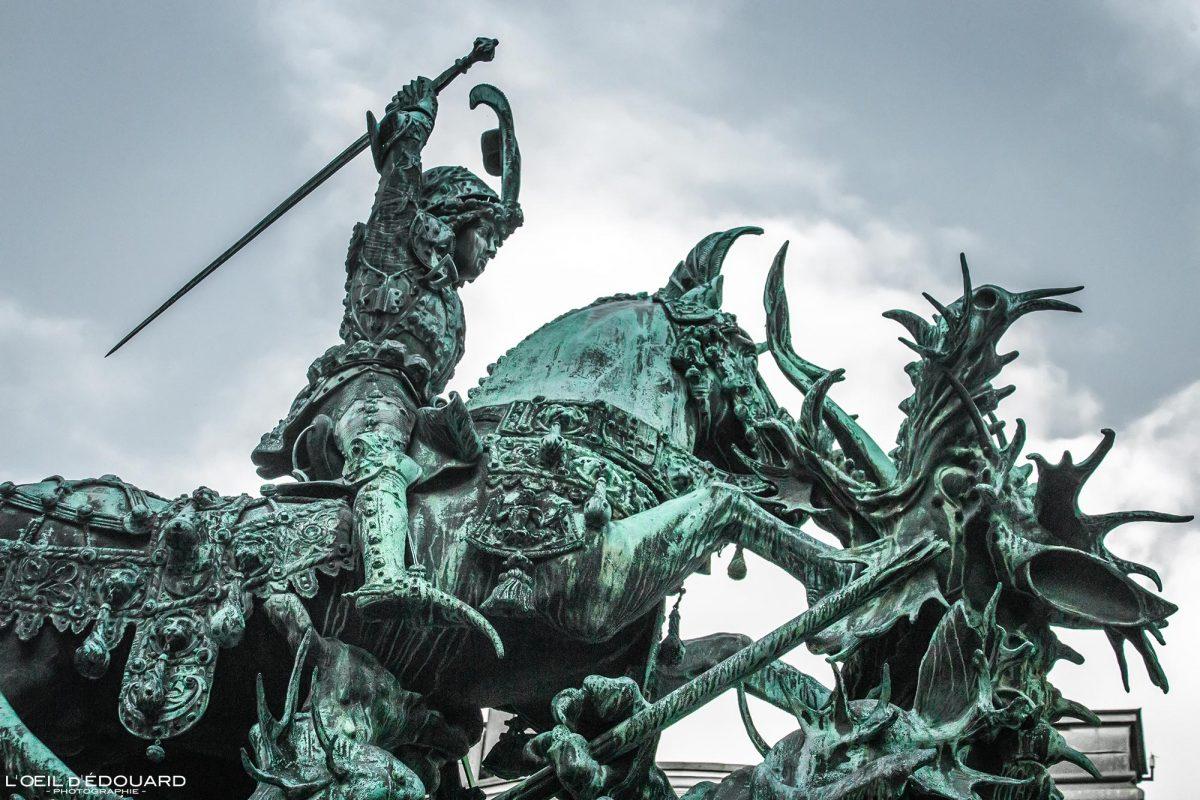 Sculpture Saint-Georges et le Dragon - Place Kopmantorget - vieille ville Gamla Stan Stadsholmen Stockholm Suède Sweden Sverige street