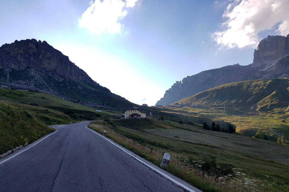 Paysage Montagne Dolomites Alpes Vélo Cyclisme Col Passo Pordoi Italie Italian Alps Road Mountain Landscape Italy cyclism ciclismo Dolomiti Italia