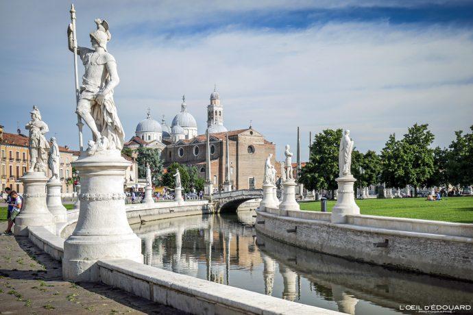Sculptures Prato della Valle Padoue Italie et Basilique Sainte Justine - Basilica di Santa Giustina Padova Italia Italy Italian place italienne church