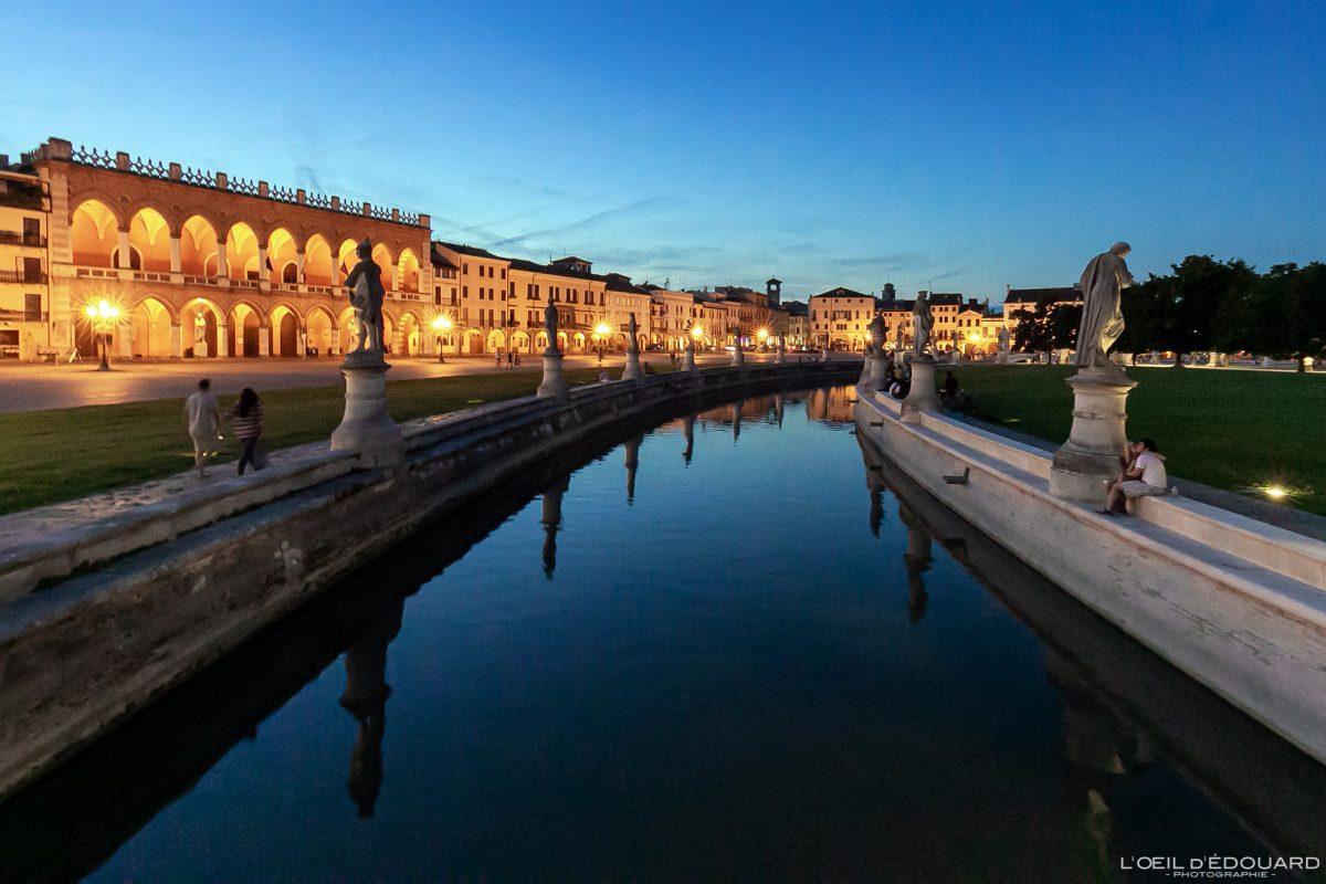 Canal et sculptures Prato della Valle Padoue Italie le soir - Padova evening Italia Italy Italian place italienne