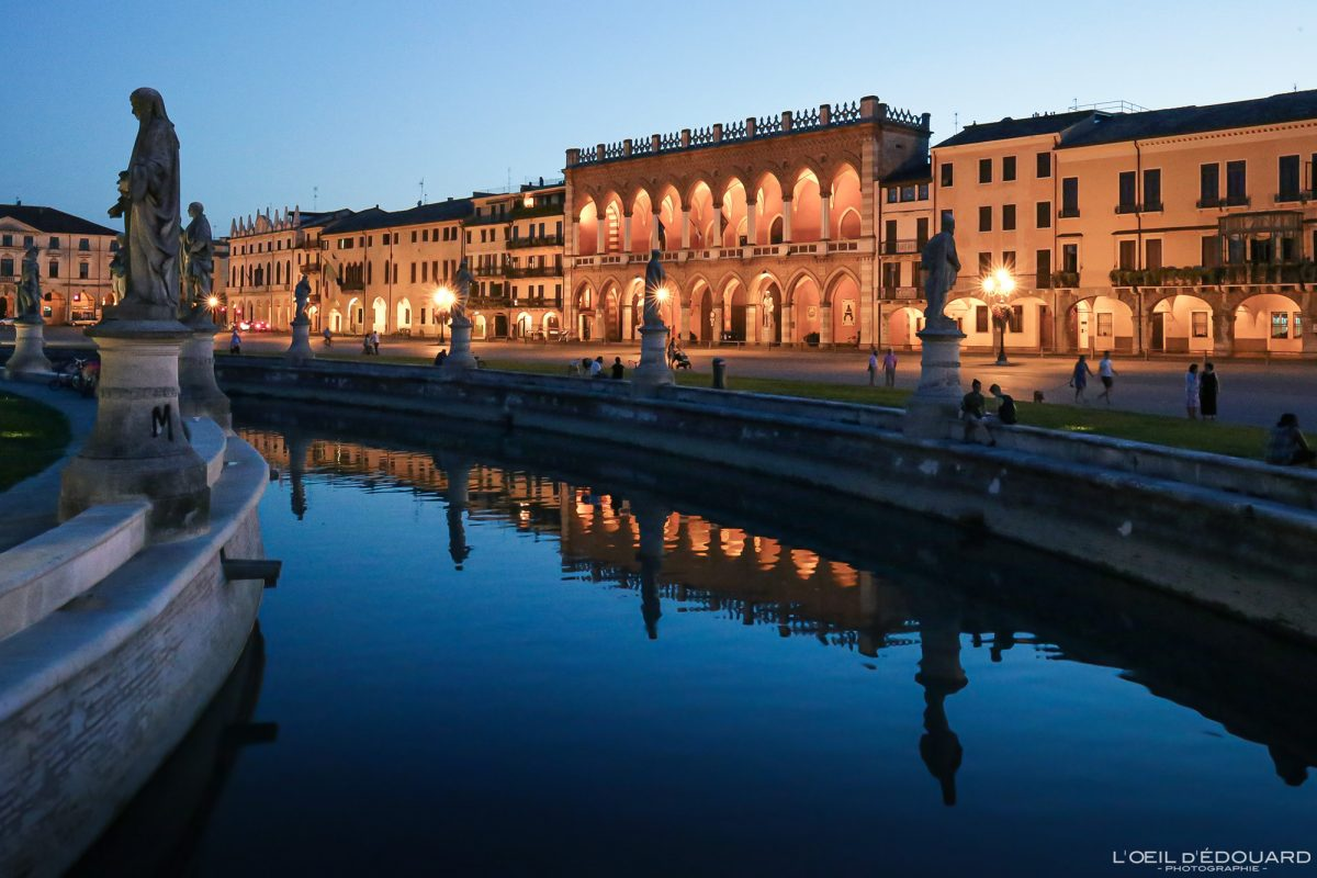 Canal et sculptures Prato della Valle Padoue Italie le soir - Padova night Italia Italy Italian place italienne