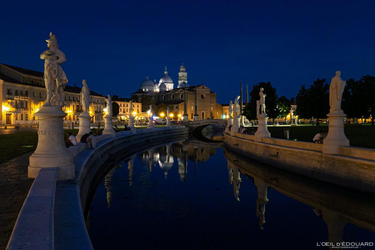 Canal et sculptures Prato della Valle Padoue Italie et Basilique Sainte Justine de nuit - Basilica di Santa Giustina Padova Italia la notte Italy Italian place italienne church night photograpghy