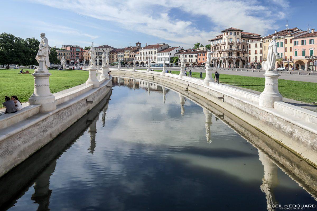 Canal et sculptures Prato della Valle Padoue Italie - Padova Italia Italy Italian place italienne