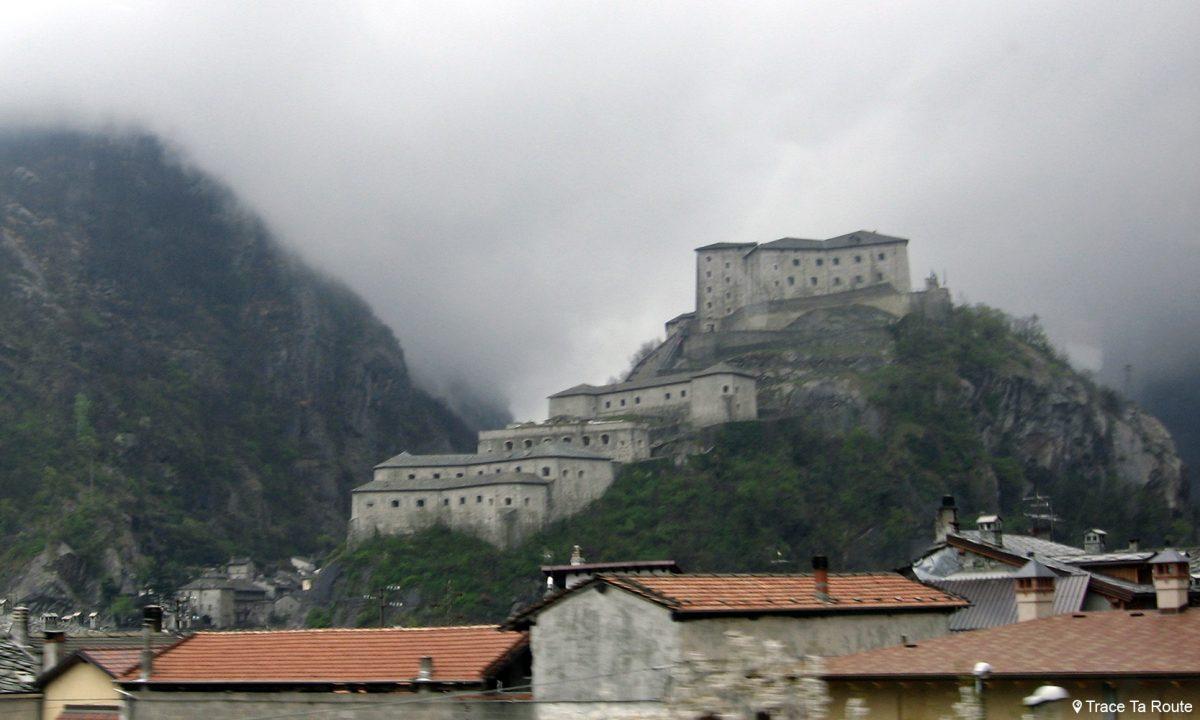 Château sur le bord de l'Autoroute Vallée de Suse Piémont Italie P Autostrada E70 Italia Piemonte Italy castle