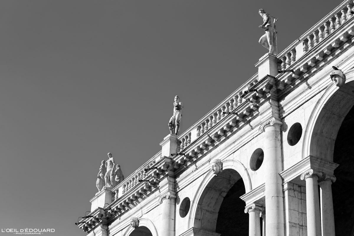 Sculptures Basilique Palladienne Vicence Italie Vénétie - Basilica Palladiana Vicenza Italia Veneto Italy building architecture Andrea Palladio