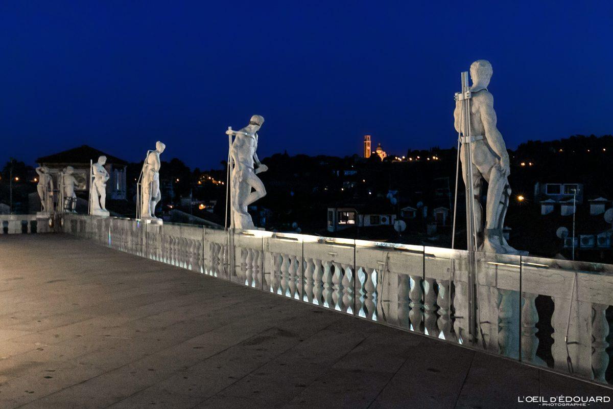Les sculptures sur la terrasse de la Basilique Palladienne Vicence Italie Vénétie - Terrazza Basilica Palladiana Vicenza Italia Veneto Italy night architecture