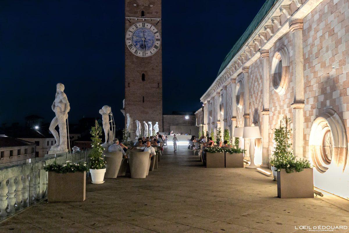 La terrasse de la Basilique Palladienne Vicence Italie Vénétie - Terrazza Basilica Palladiana Vicenza Italia Veneto Italy night architecture