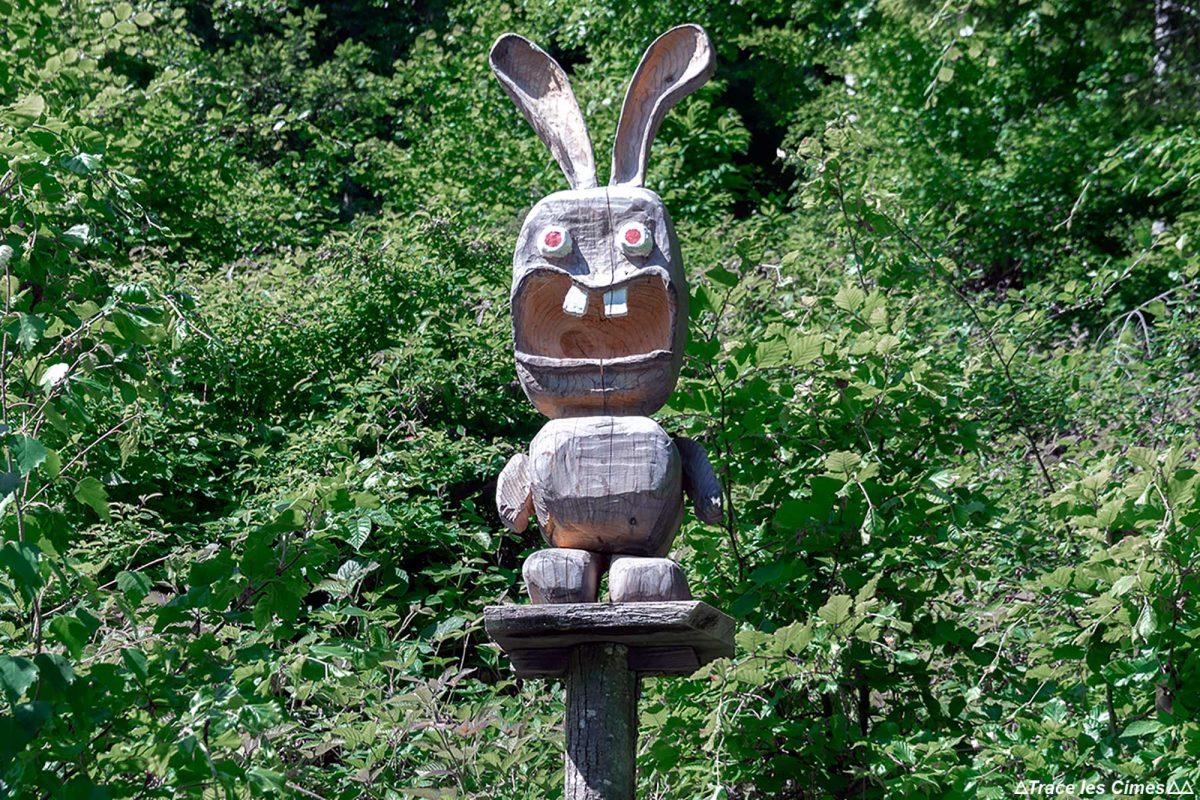 Sculpture en bois Lapin Crétin - Randonnée Sentier des Géants Forêt de Tamié Massif des Bauges Savoie Alpes France Montagne - Mountain Forest French Alps Outdoor Raving Rabbids