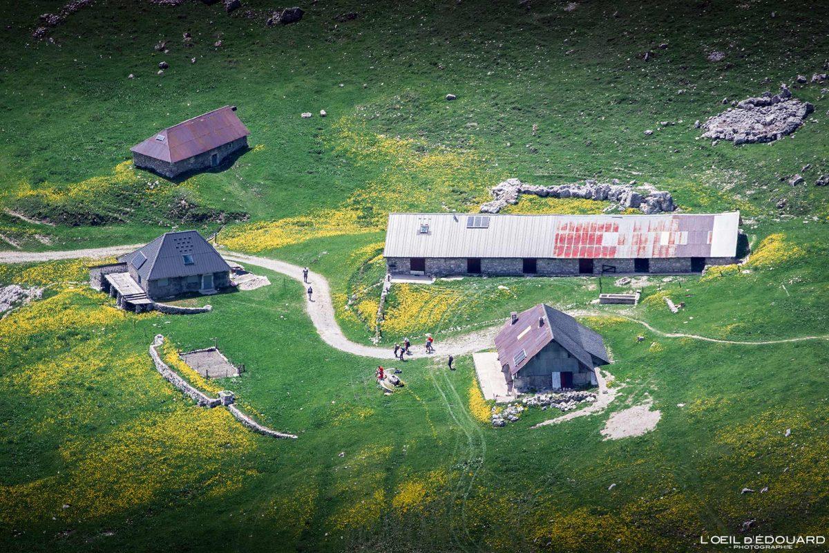 Le Chalet d'Orgeval, vue depuis le sommet de La Pointe de Chaurionde - Randonnée Massif des Bauges Savoie Alpes France Paysage Montagne - Summit View House Mountain Landscape French Alps Outdoor Hike Hiking