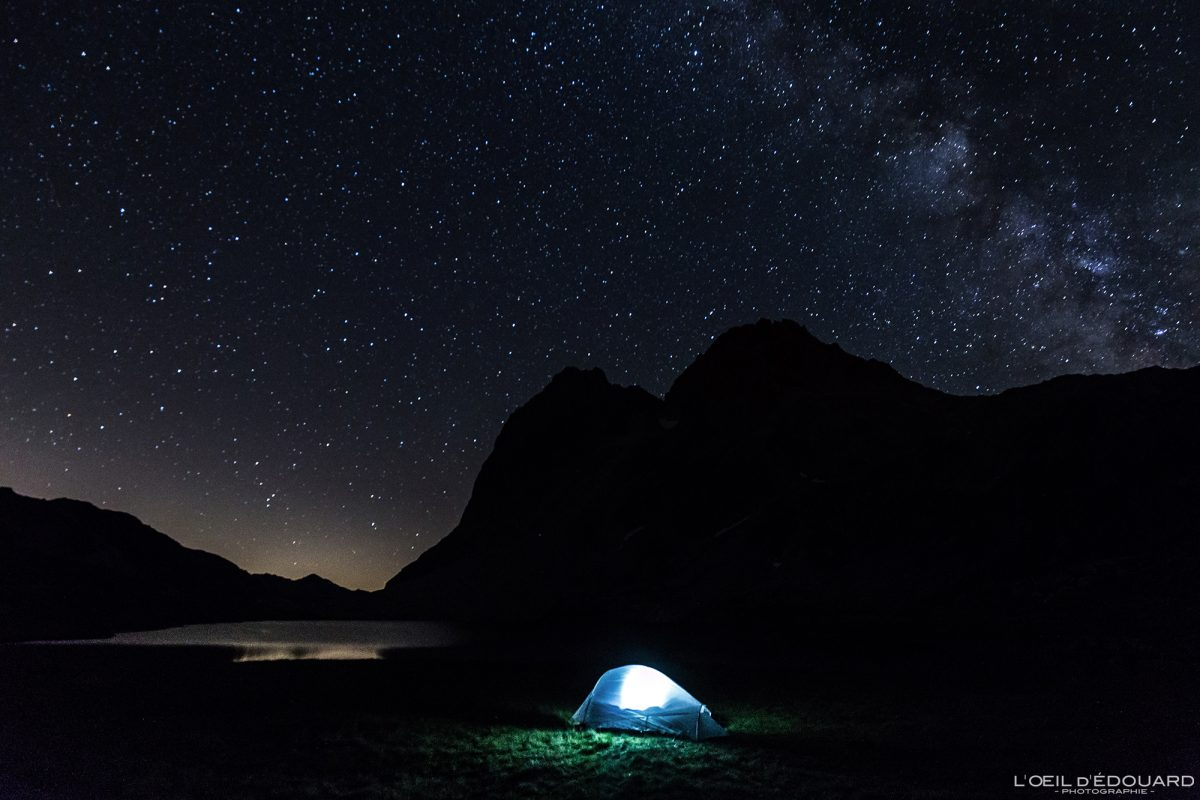 Bivouac sous un ciel étoilé avec la voie lactée, au bord du Lac Rond durant le tour du Mont Thabor (Vallée de Névache) avec la tente Ghost 2 UL Mountain Hardwear - Outdoor Mountain Trekking Sky Night Photography Milkyway stars / L'Oeil d'Édouard © Tous droits réservés