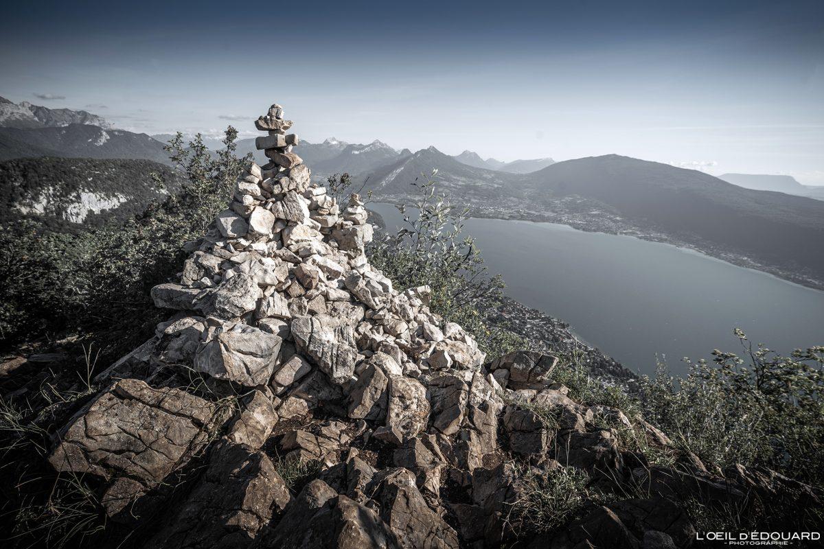Cairn au sommet du Mont Baron - vue sur le Lac d'Annecy - Randonnée Sentier des crêtes du Mont Veyrier Annecy Haute-Savoie Alpes France Paysage Montagne - Mountain Landscape French Alps Outdoor Hike Hiking panoramic view lake