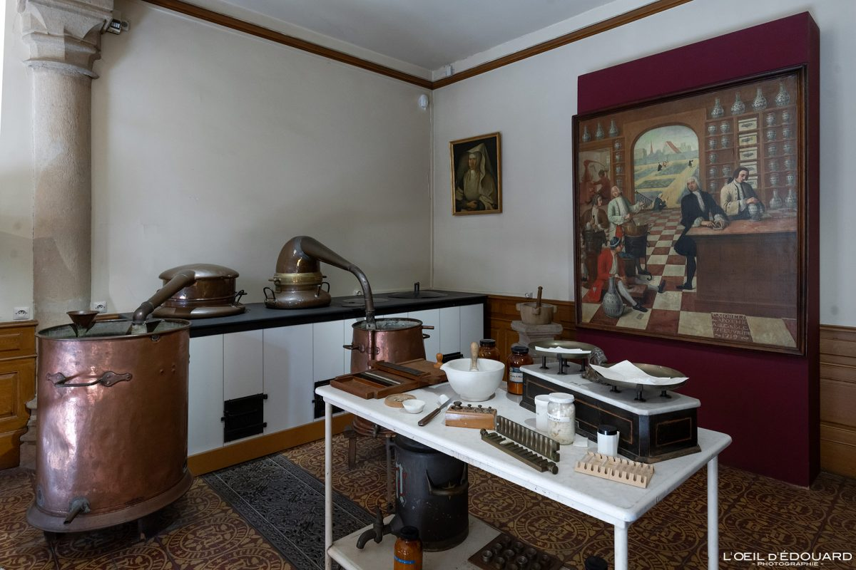 Hôtel-Dieu Apothicairerie laboratoire Hospices de Beaune Bourgogne France Architecture