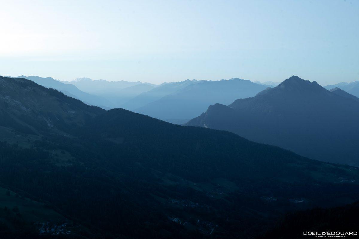 Perspective atmoshpérique au Lever de soleil depuis Sulens Bornes-Aravis Haute-Savoie Alpes Paysage Montagne Outdoor French Alps Mountain Landscape sunrise sun